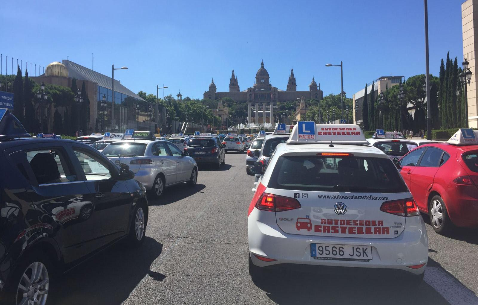 Les autoescoles castellarenques protesten a barcelona for Oficina trafico sabadell