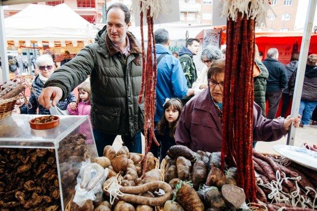 Tast d'embotits a una parada de la fira de Sant Josep