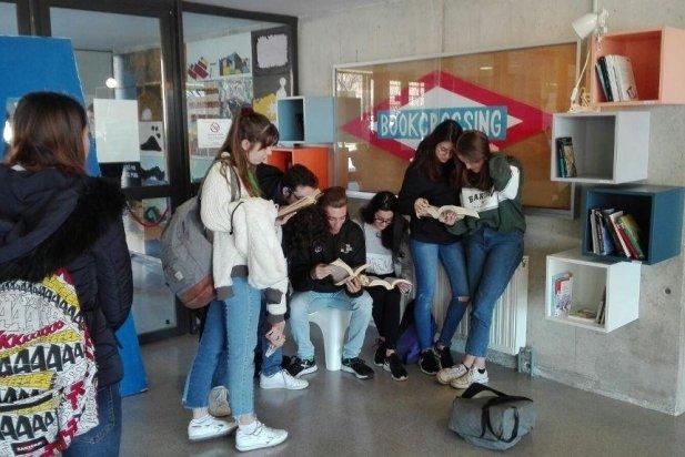 Alumnes de l'INS Puig de la Creu utilitzant el servei de 'Bookcrossing'. _617x412
