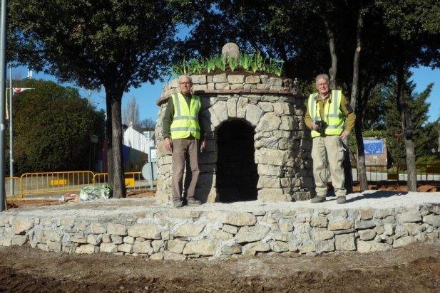 Vista de la barraca amb dos membres del grup de la Pedra Seca_617x412