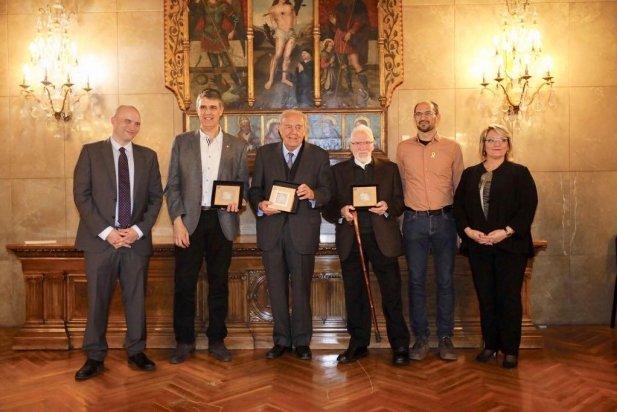 Grau - tercer per l'esquerra- amb la resta de premiats i l'alcalde de Sabadell, Maties Serracant