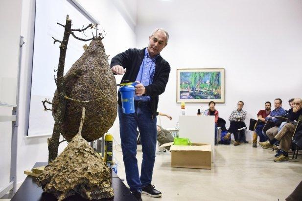 Carles López explicant com eliminar un niu de vespes velutines