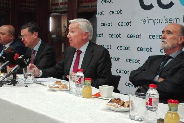 El president de la Cecot, Antoni Abad, envoltat de la junta directiva