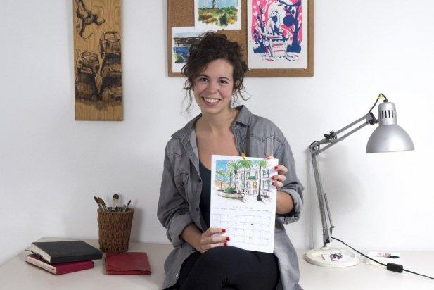 La il·lustradora Maria Pichel amb el calendari a les seves mans