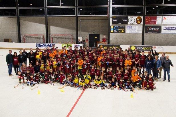 Els 116 jugadors dels 14 equips de l'HC Castellar van posar després de l'espectacular presentació amb efectes de so i llum.