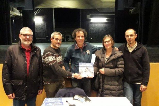 L'alpinista Òscar Cadiach, amb la junta del CEC.