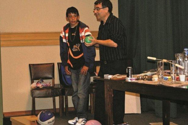 Rafael Garcia Molina fent una demostració amb un globus en un dels seus espectacles