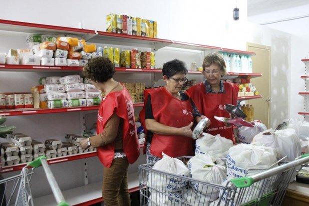 Voluntàries de Càritas realitzant tasques de classificació i ordenació