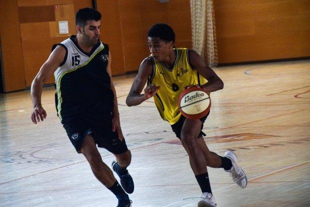 Joelvin Cabrera, un dels nous fitxatges de l'equip, condueix la pilota.