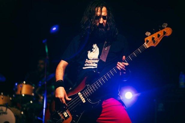 El baixista va lluir una samarreta d'Aggata Castellar