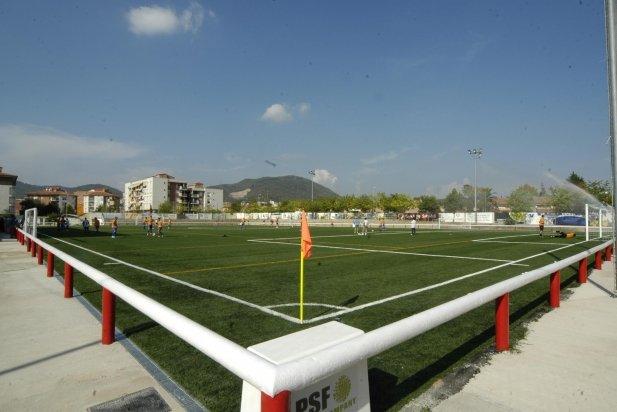 Una imatge del camp de futbol el dia que es va inaugurar el camp de gespa el 2006_617x412