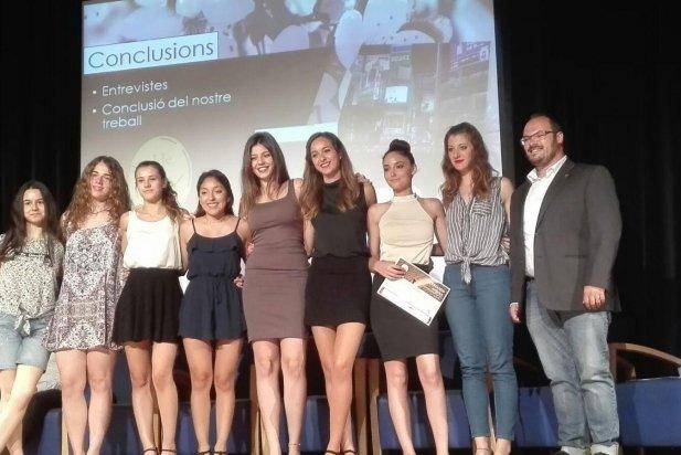 El regidor de Joventut, Dani Pérez, amb algunes de les guardonades castellarenques