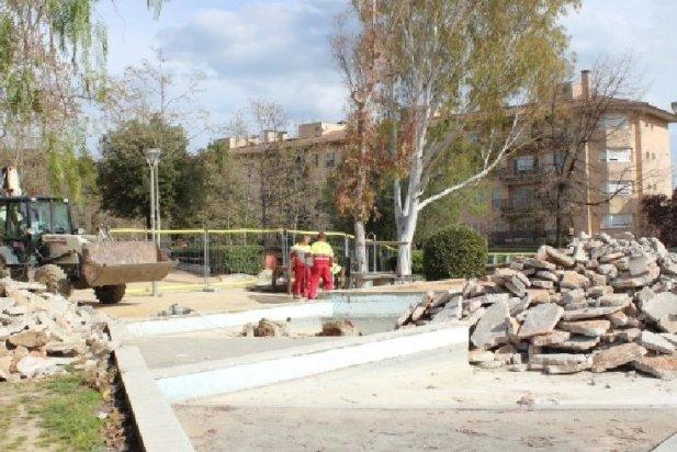 Dos operaris treballant a la bassa de la plaça Catalunya