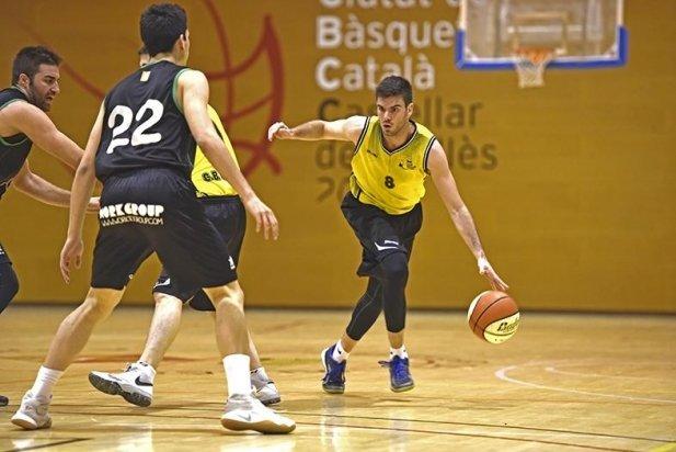 Marc Algar en un atac del CB Castellar enfront de l'Esparreguera.