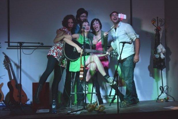 Els cinc components del grup durant una de les cançons_617x412
