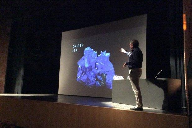 El professor Xavier Giménez durant la conferència_617x412