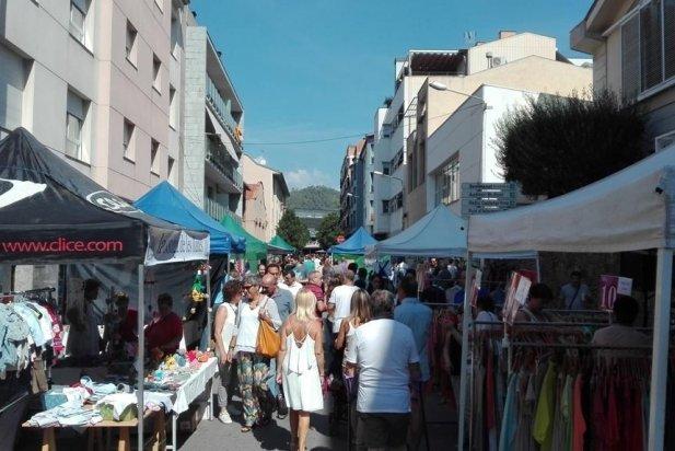 Una imatge del carrer Sala Boadella amb l'Street Market_617x412