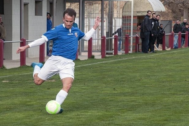Enric Raya centra una pilota a la segona part