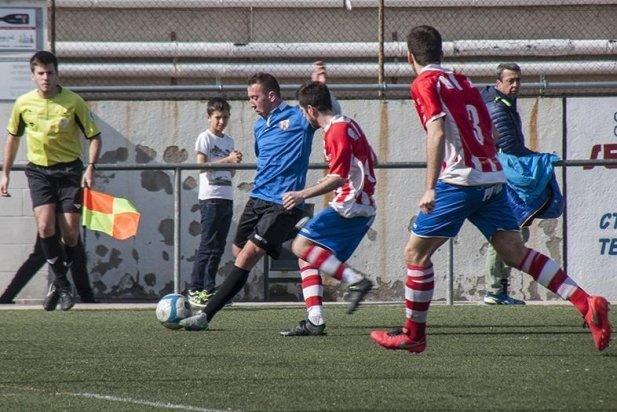 Carlos Silva centra una pilota a l'àrea rival