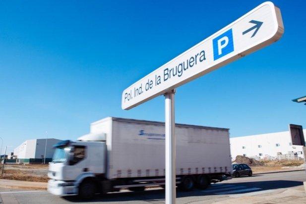 Un camió passa per un carrer interior del polígon del Pla de la Bruguera_617x412