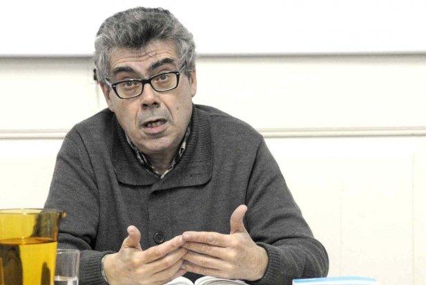 Albert Recio, professor d'economia, durant la xerrada_617x412