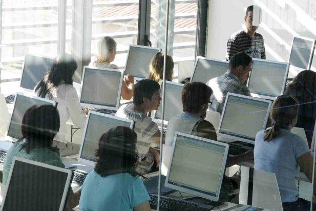 Una aula d'informàtica mentre s'està impartint un curs_617x412