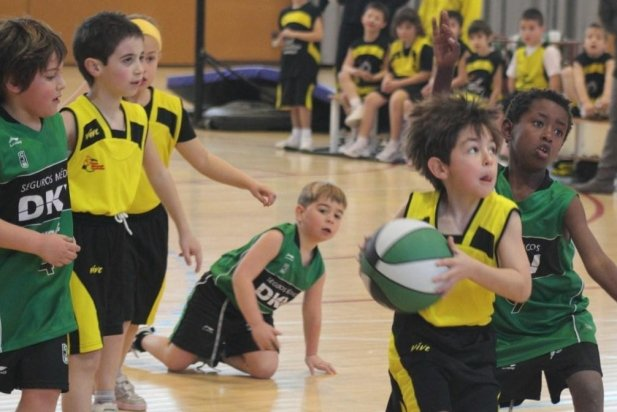 Un partit dels jugadors de l'escola de bàsquet_617x412