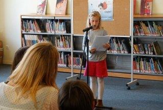 La Claudia llegeix el seu text al Dia Mundial del Llibre Infantil