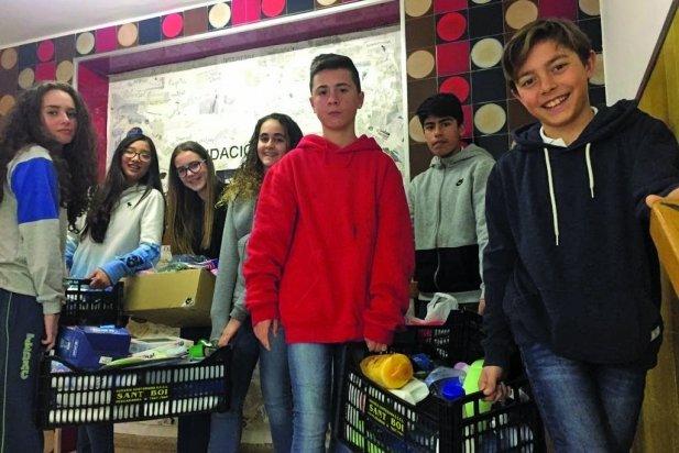 Alumnes de FEDAC Castellar amb material de la campanya solidària