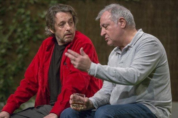 D'esquerra a dreta, Ramon Madaula i Jordi Bosc, a l'obra 'Adossats'.