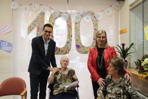 L'alcalde, Ignasi Giménez i la regidora de Programes Socials, Pepa Martínez, amb Saturnina Moya