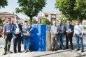 Els padrins dels bucs del Castellar vila de llibres amb l'alcalde i el regidor de Cultura al buc instal·lat a la plaça Major