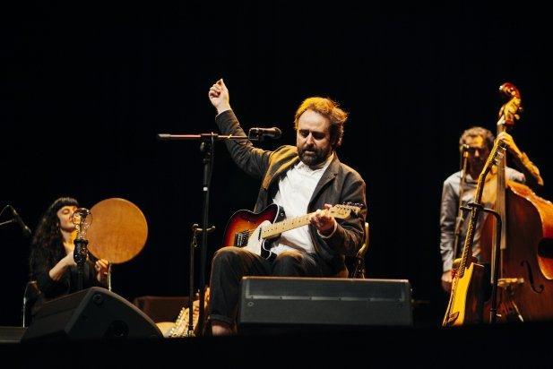 Roger Mas acompanyat de dos integrants del grup, Míriam Encinas i Arcadi Marcet
