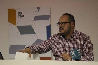 El regidor de Govern Obert, Dani Pérez, presentant els resultats de l'escrutini