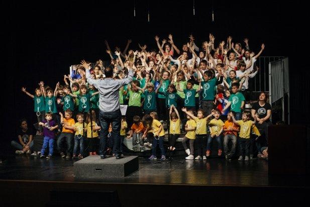 A dalt de l'escenari, les samarretes acolorides dels nens i les nenes formaven un gran mosaic - Q.Pascual