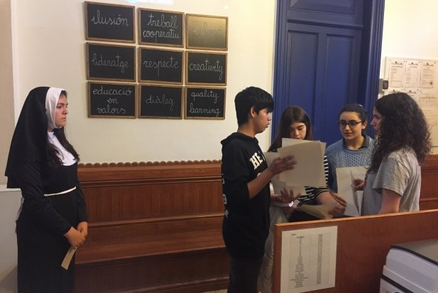 Alumnes en plena prova de l'escape room de FEDAC Castellar