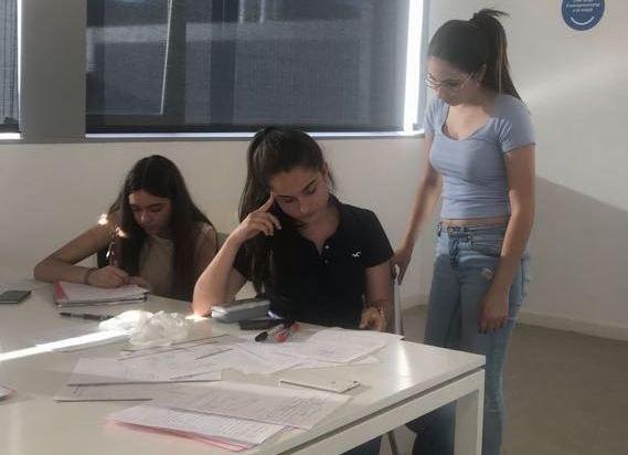 Un grup de noies aprofiten la sala d'estudi de l'Open Surf per preparar els exàmens / A. P.