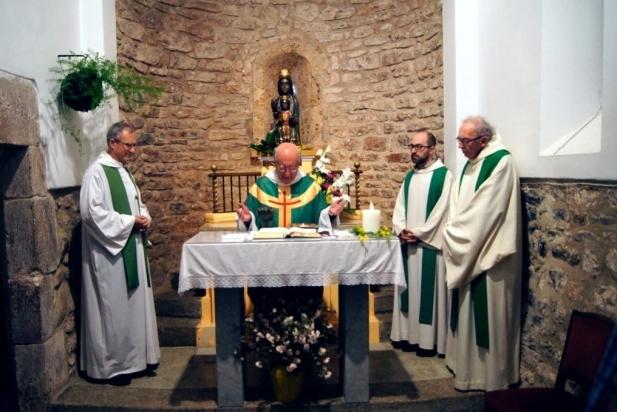 Capellans que van assistir a la celebració dels 25 anys dels Amics de l'ermita de les Arenes.    J. CASTELLS