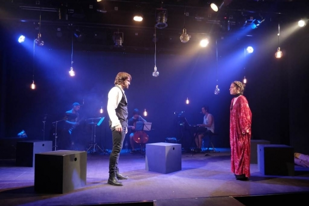 Hamlet, a l'esquerra, s'encara amb la seva mare Gertrudis. || CEDIDA
