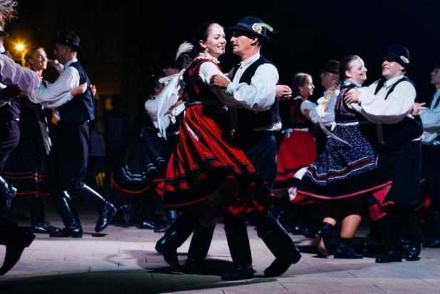 La vestimenta de la dansa tradicional hongaresa difereix completament de la del Ball de Gitanes