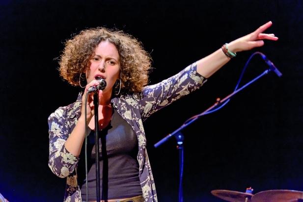 La cantant manlleuenca Paula Valls actua divendres al vespre, als Jardins del Palau Tolrà.    cedida