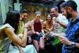 Una colla d'amics reunits gaudeixen de una de les propostes del Corretapa, a l'establiment Nigromante / Quim Pascual