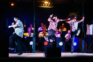 La Companyia Loropardos balla a l'escenari dels Jardins del Palau Tolrà