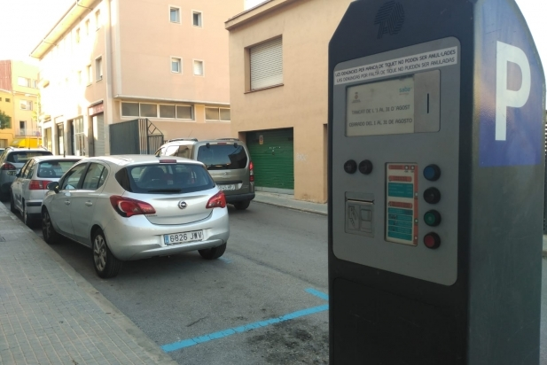 Un cartell a les màquines informa que la zona blava està fora de servei