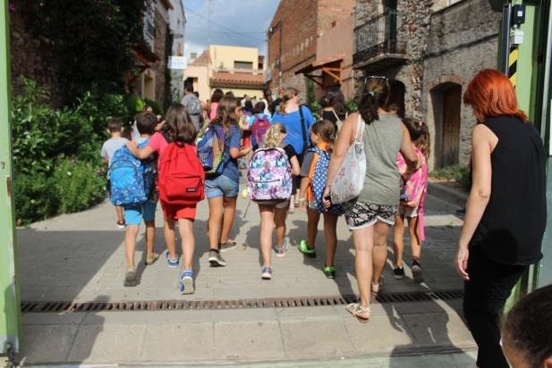 Els alumnes de l'escola El Sol i La Lluna a l'hora de la sortida del col·legi el primer dia de classe