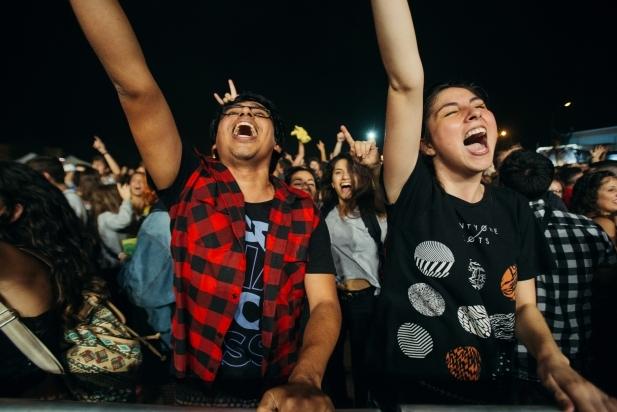 A primera fila, dos joves gaudeixen d'un dels concerts de Vilabarrakes