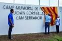 La vídua de Joan Cortiella, Fina Moré, amb el president de la UE Castellar Joan Homet i l'alcalde, Ignasi Giménez, destapant el nou nom del camp municipal de futbol