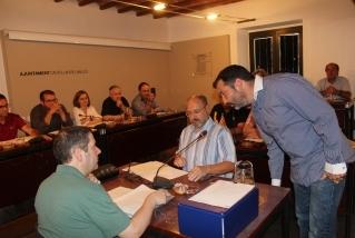 El nou regidor de Som de Castellar-PSC Nakor Bueno promet el càrrec en el ple de dimarts.