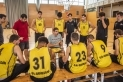 Raúl Jodra -al centre- dóna instruccions als seus jugadors en un amistós de pretemporada al Pavelló Puigverd.