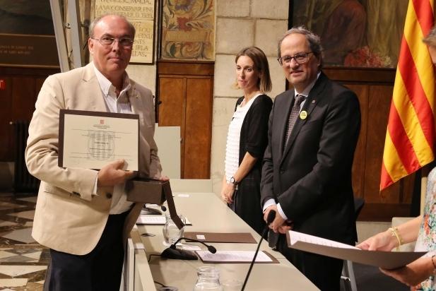 Gabriel Viñas recollint el premi de mans del president de la Generalitat, Quim Torra, i la consellera Àngels Chacón